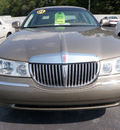 lincoln town car 2001 gold sedan signature gasoline 8 cylinders rear wheel drive automatic 32401