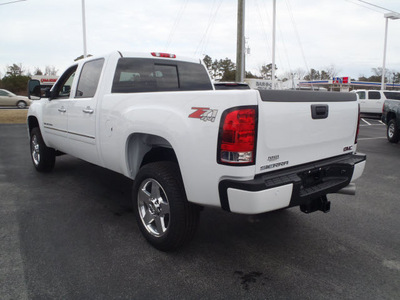 gmc sierra 2500hd 2011 white denali diesel 8 cylinders 4 wheel drive automatic with overdrive 28557