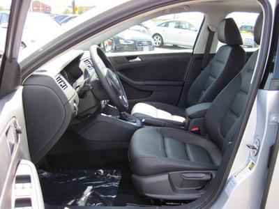 volkswagen jetta 2012 silver sedan se pzev gasoline 5 cylinders front wheel drive 6 speed automatic 46410