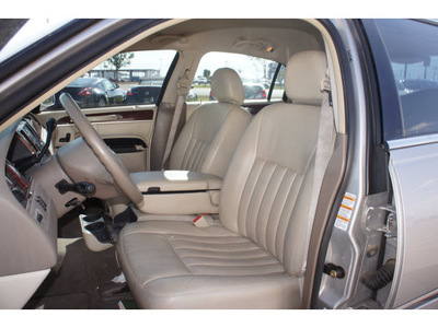 lincoln town car 2004 gray sedan signature gasoline 8 cylinders rear wheel drive automatic 79119